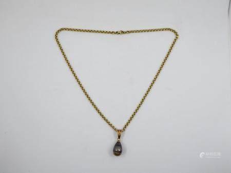 Collier pendentif en or jaune 18k orné d'une perle de Tahiti montée sur or. Poids brut 13,1g