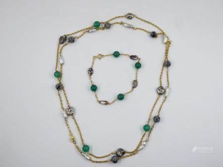 Parure en or jaune 18k composée de deux colliers et d'un bracelet orné de perles baroques et pe