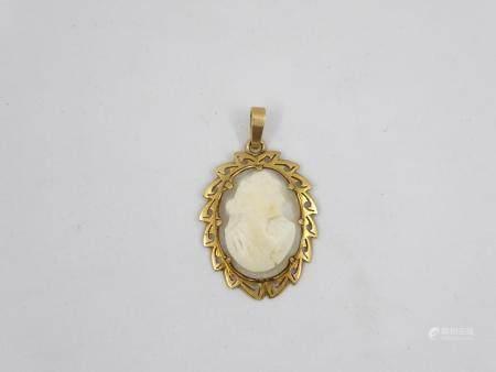Camée sur coquillage à décor d'un profil de femme monté sur or jaune 18k en pendentif, poids br