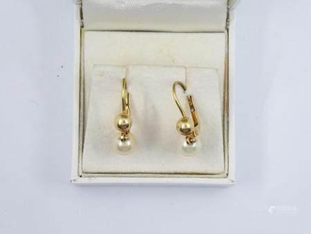 Paire de pendants d'oreilles en or jaune 18k orné de perles (Morabito). Poids brut 3g