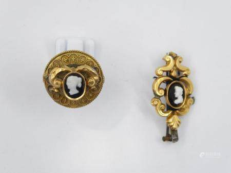 Parure Néo Renaissance composée d'une broche et d'une bague en or jaune et camées. Accidents et