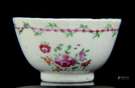 A small Chinese famille rose cup, Qing Dynasty, Qianlong per