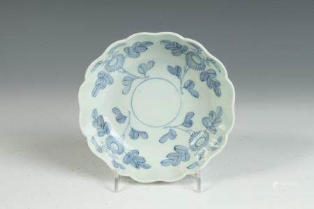JAPANESE BLUE AND WHITE PORCELAIN BOWL WITH SCALLOPED EDGES