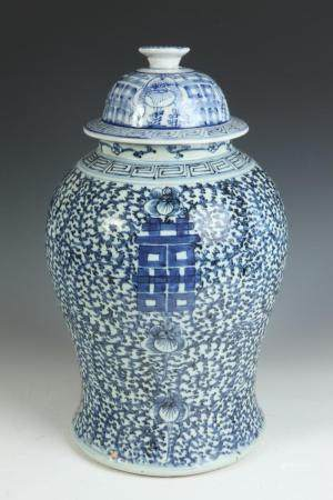 CHINESE BLUE AND WHITE PORCELAIN BALUSTER FORM JAR WITH COVE