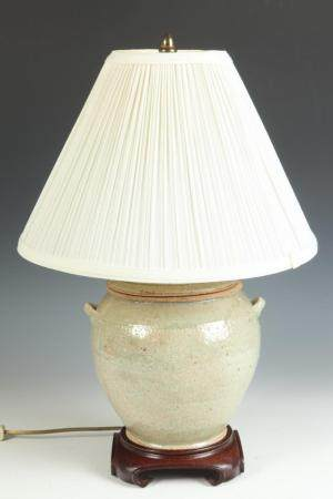 CHINESE CERAMIC TWO-HANDLED VESSEL TABLE LAMP. - Vessel, H;