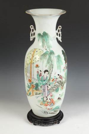 CHINESE BALUSTER-FORM PORCELAIN VASE, 20th century. - H: 22
