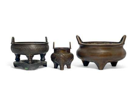 A GROUP OF THREE CHINESE TWIN-HANDLED BRONZE TRIPOD