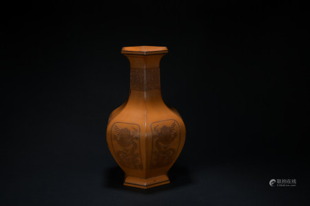 Qing dynasty lacquer ware bottle with dragon pattern