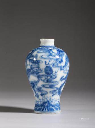 A BLUE AND WHITE DRAGONS SNUFF BOTTLE