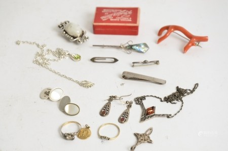 A small quantity of jewellery, to include gold and silver rings, pendants, brooches and clips (10+)