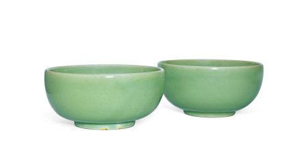 明早期 处州龙泉窑粉青釉碗 (一对)