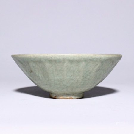 Lotus bowl with ice crack in Song Dynasty