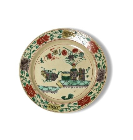 A Famille-Verte 'Hundred Antiques' Plate, Kangxi Period, Qing Dynasty清康熙 五彩博古纹图盘