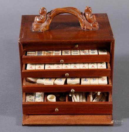 Mahjong-Spiel, China, 1. Hälfte 20. JahrhundertTragbarere Holzkasette mit plastisch geschnitztem