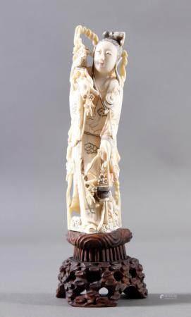 Elfenbein Hofdame, China, 18./19. JahrhundertFeine Schnitzarbeit. Mit partiellen, schwarzen