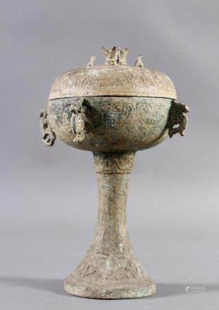 Bronze Ritualdeckelgefäß, China, wohl 20. Jahrhundert im Stil der Zhou-DynastieWandung umlaufend