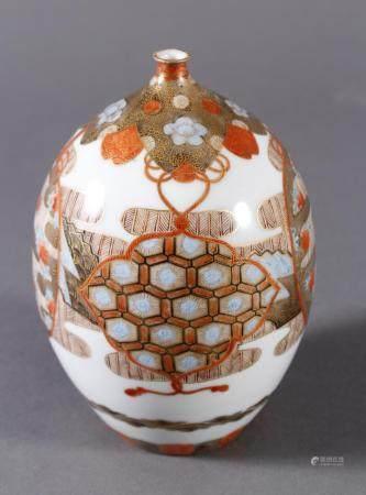Porzellan Ziervase, Japan um 1900, Meiji PeriodeFein polychrom bemalt und goldstaffiert.