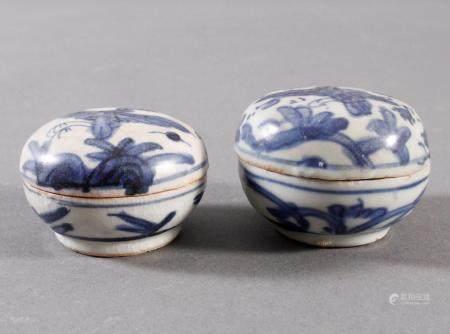2 kleine Deckelgefäße, China Qing DynastiGrauer Scherben mit hellgrauer Glasur und blauer Vogel- und