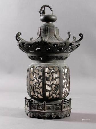 Bronze Ampel, Hängelaterne, Japan wohl 18./19. Jh.Mehrteilig, dunkle Patina, durchbrochen