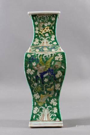 Porzellanziervase, China, späte Quing-Dynastie, 19. / 20. JahrhundertPolychrom bemalt. Unterboden