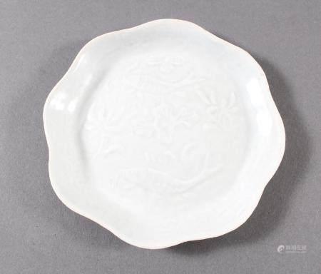 Porzellanzierplatte, China wohl Ming-DynastieSchauseite mit Unterwasser-Reliefdekor mit Fischen.
