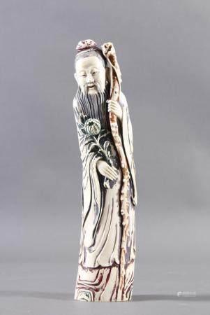 Elfenbein Luohan, China 19. JahrhundertMassive Schnitzarbeit mit Resten von polychromer Bemalung.