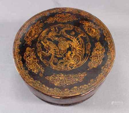 Lack-Deckeldose, China, Quing-Dynastie, 18./19. JahrhundertSchwarzer Lackdekor mit feiner