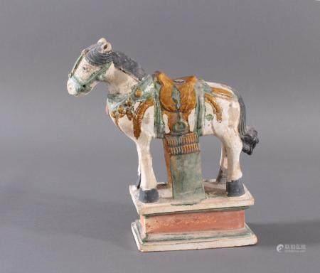 China Modell eines MING Pferdes auf Podest im Sancai StilKörper engobiert und glasiert in grün und