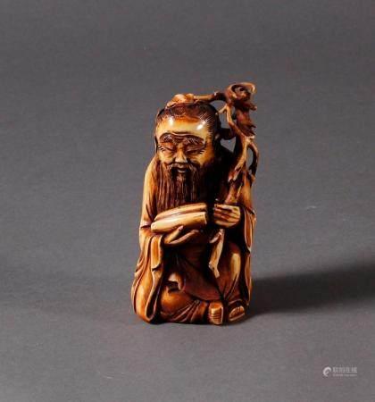 Elfenbein Luohan, China 19. JahrhundertHockende Darstellung, braun patiniert. Höhe ca. 13 cm.