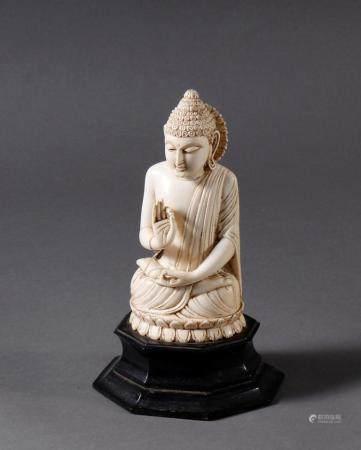 Elfenbein Buddha, Tibet 19. JahrhundertSchöne Alterspatina. Figur auf getreppt, ebonsierten