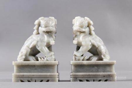2 Foo Hunde aus SpecksteinDekorative Foo-Hunde. Höhe ca. 14 cm.