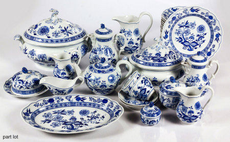 A HUTSCHENREUTHER 'BLUE ONION' PATTERN PART DINNER SERVICE, 2OTH CENTURY