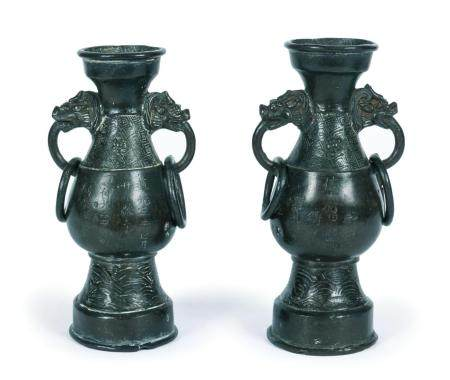 Chine, époque Ming (1368-1644)Paire de vases en bronze à deux anses à décor de tête de chimères