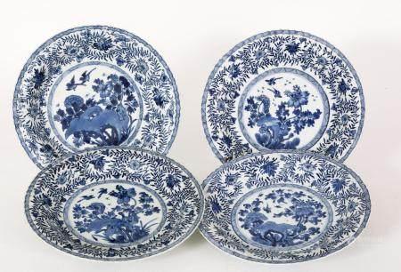 Chine, époque Kangxi (1662-1722)Série de quatre plats polylobés en porcelaine à décor bleu et b