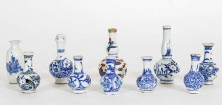 Chine, époque Kangxi (1662-1722)Ensemble de neuf vases en réduction de forme bouteille à divers