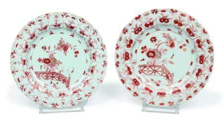 Chine, époque Kangxi (1662-1722)Une paire d'assiettes polylobées en porcelaine à décor rouge de