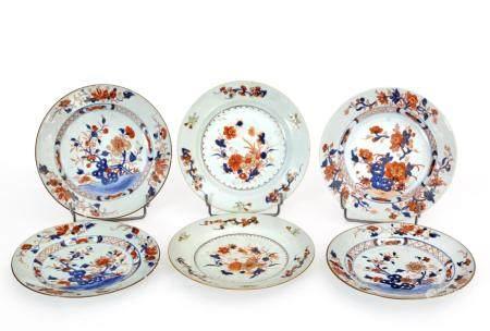 Chine, époque Kangxi (1662-1722)Série de quatre assiettes plus une paire en porcelaine à décor