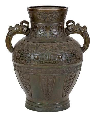 Chine, XVII-XVIIIeGrand vase Hu en bronze à patine verte à décor archaïsant de masques de chimè
