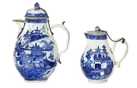 Chine, XVIIIeUne cafetière couverte et une petite verseuse de deux modèles légèrement différent