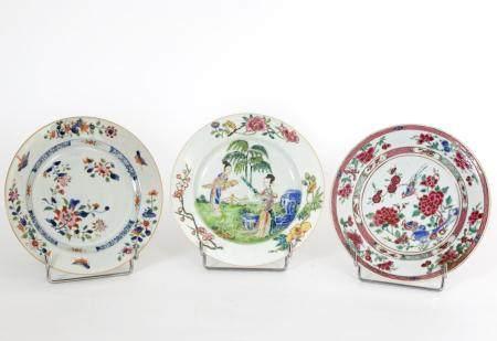 Chine, époques Yongzheng (1723-1735) et Qianlong (1736-1795)Lot de trois assiettes en porcelain