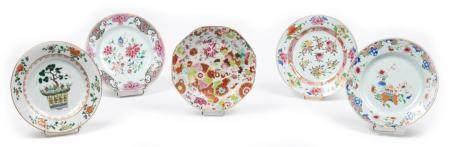 Chine, époque Qianlong(1736-1795)Lot de cinq assiettes en porcelaine des familles rose et vert
