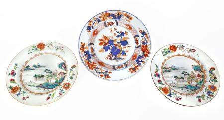 Chine, époque Qianlong (1736-1795)Paire d'assiettes en porcelaine de la famille rose à décor d'
