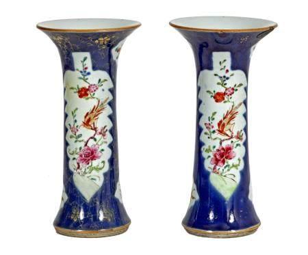 Chine, époque Qianlong (1736-1795)Paire de vases cornet bleu poudréà décor en émaux de la fami