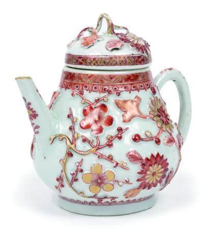 Chine, époque Qianlong (1736-1795)Théière en porcelaine à décor rouge de fer et or en relief de
