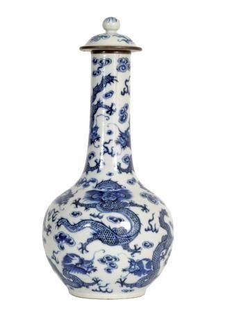 Chine, XIXeVase couvert de forme bouteille en porcelaine à décor en émaux bleus et blancs de ne