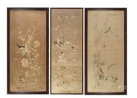 Chine, fin XIXeEnsemble de trois broderies en soie polychrome, dont une paire, à décor de faisa