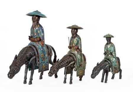 Chine, XXeSérie de trois sculptures en bronze, émaux cloisonnés et cuivre repoussé représentan