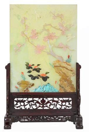 Chine, XXeÉcran de table en pierre dure incrustée de diverses pierres dures (quartz rose, corai