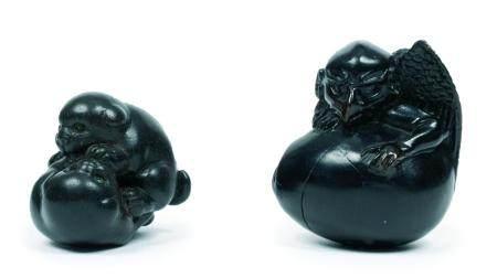 Japon, époque Meiji(1868-1912)Lot de deuxnetsukeen bois noir, l'un représentant deux chiots