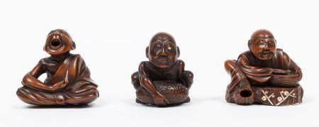 Japon, époque Meiji(1868-1912)Lot de troisnetsukeen bois sculpté incrusté d'ivoire représent